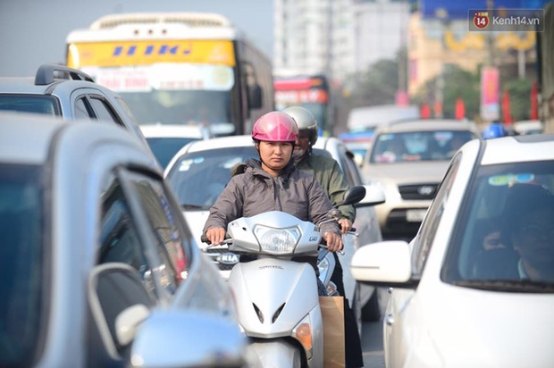 Chùm ảnh: Chiều 28 Tết, người dân lỉnh kỉnh đồ đạc về quê, nhiều tuyến đường ở Hà Nội ùn tắc - Ảnh 11.