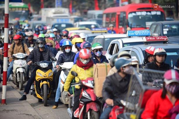 Chùm ảnh: Chiều 28 Tết, người dân lỉnh kỉnh đồ đạc về quê, nhiều tuyến đường ở Hà Nội ùn tắc - Ảnh 2.