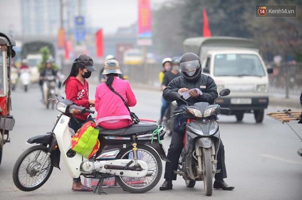 Chùm ảnh: Chiều 28 Tết, người dân lỉnh kỉnh đồ đạc về quê, nhiều tuyến đường ở Hà Nội ùn tắc - Ảnh 10.