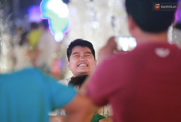 Người lớn, trẻ nhỏ nhảy vào đài phun nước ở đường hoa Nguyễn Huệ để vui đùa đêm Giao Thừa - Ảnh 8.