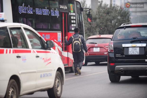 Chùm ảnh: Chiều 28 Tết, người dân lỉnh kỉnh đồ đạc về quê, nhiều tuyến đường ở Hà Nội ùn tắc - Ảnh 17.