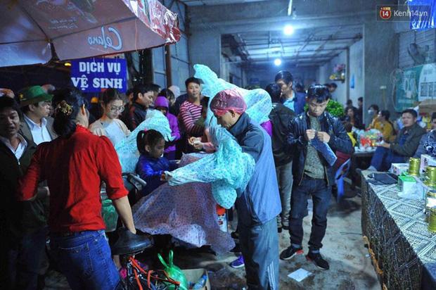 Người dân đội mưa rét đi chợ Viềng mua may bán đắt lấy lộc đầu năm - Ảnh 7.