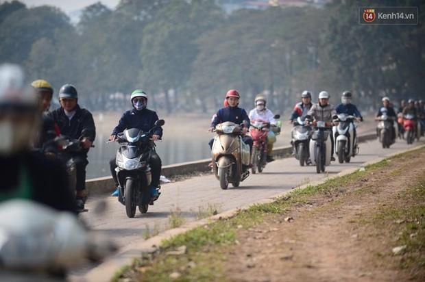 Chùm ảnh: Chiều 28 Tết, người dân lỉnh kỉnh đồ đạc về quê, nhiều tuyến đường ở Hà Nội ùn tắc - Ảnh 4.