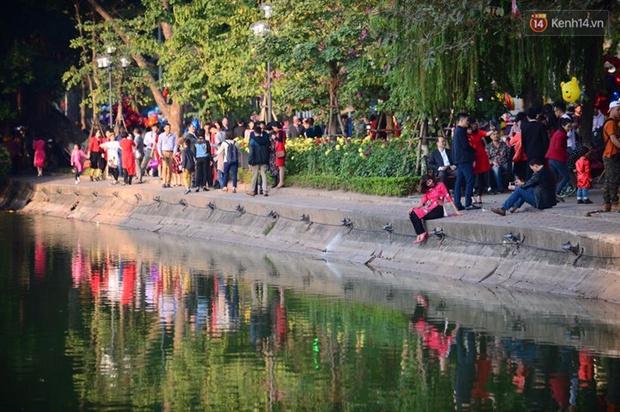 Biển người đổ về hồ Gươm trong chiều đầu tiên năm mới - Ảnh 8.