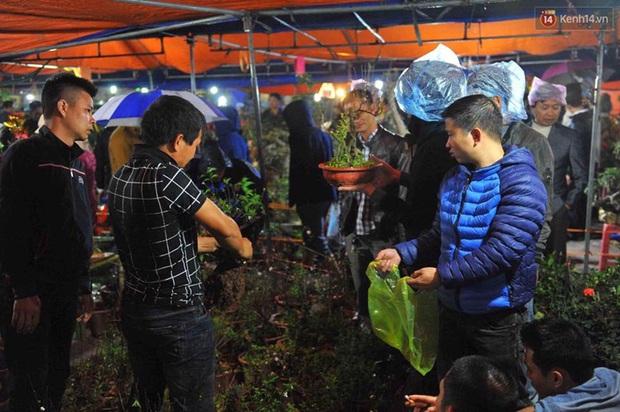 Người dân đội mưa rét đi chợ Viềng mua may bán đắt lấy lộc đầu năm - Ảnh 6.