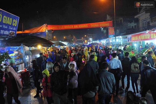 Người dân đội mưa rét đi chợ Viềng mua may bán đắt lấy lộc đầu năm - Ảnh 3.