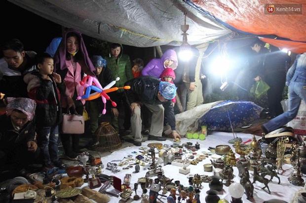 Người dân đội mưa rét đi chợ Viềng mua may bán đắt lấy lộc đầu năm - Ảnh 8.