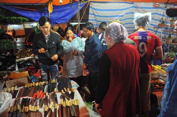 Người dân đội mưa rét đi chợ Viềng mua may bán đắt lấy lộc đầu năm - Ảnh 4.