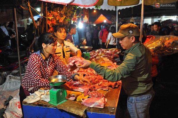 Người dân đội mưa rét đi chợ Viềng mua may bán đắt lấy lộc đầu năm - Ảnh 9.