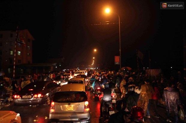 Người dân đội mưa rét đi chợ Viềng mua may bán đắt lấy lộc đầu năm - Ảnh 2.