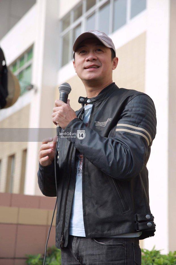 Một lần nữa, MC Anh Tuấn lại gây xúc động khi chạy chiếc xe của Trần Lập dẫn đoàn diễu hành trên phố - Ảnh 2.