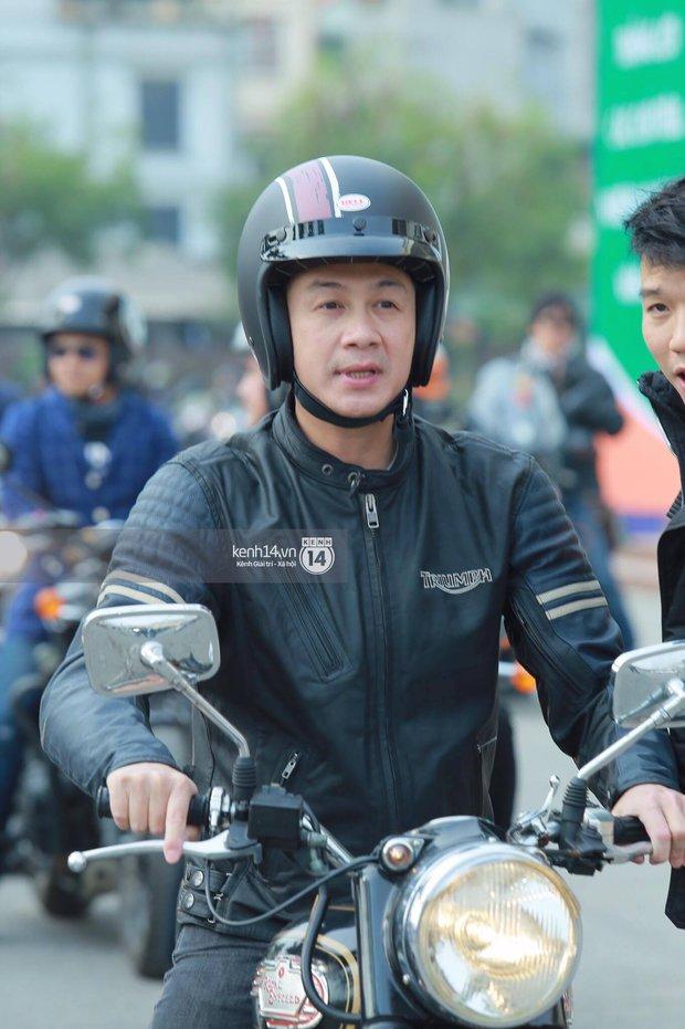 Một lần nữa, MC Anh Tuấn lại gây xúc động khi chạy chiếc xe của Trần Lập dẫn đoàn diễu hành trên phố - Ảnh 9.