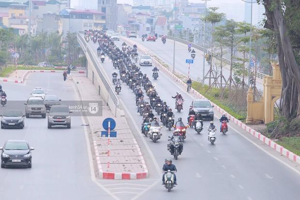 Một lần nữa, MC Anh Tuấn lại gây xúc động khi chạy chiếc xe của Trần Lập dẫn đoàn diễu hành trên phố - Ảnh 10.