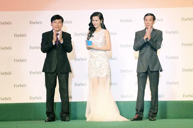 Đông Nhi, Ngô Thanh Vân xinh đẹp đi nhận giải top 50 người phụ nữ ảnh hưởng nhất Việt Nam - Ảnh 3.