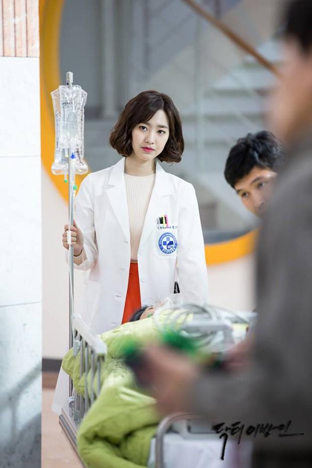 Vai trong Khi Nàng Say Giấc có gì khác loạt vai diễn trước đây của Lee Jong Suk? - Ảnh 17.