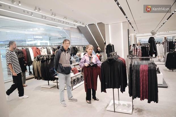 Zara Hà Nội khai trương: Tới trưa khách đông nghịt, ai cũng nô nức mua sắm như đi trẩy hội - Ảnh 20.