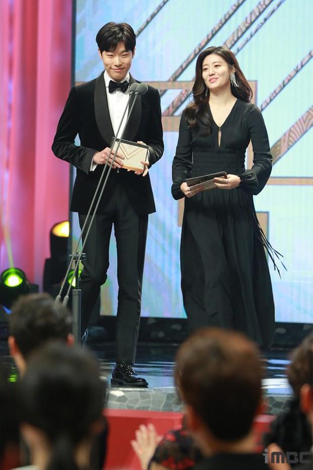 MBC Drama Awards 2017: Mẹ Kim Tan, Ha Ji Won rơi lệ vì nữ diễn viên có chồng bị sát hại dã man - Ảnh 7.