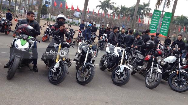 Một lần nữa, MC Anh Tuấn lại gây xúc động khi chạy chiếc xe của Trần Lập dẫn đoàn diễu hành trên phố - Ảnh 15.