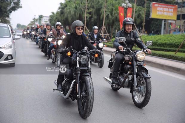 Một lần nữa, MC Anh Tuấn lại gây xúc động khi chạy chiếc xe của Trần Lập dẫn đoàn diễu hành trên phố - Ảnh 14.