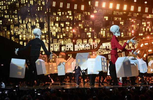 Fancam vũ công của Katy Perry trượt chân ngã khỏi sân khấu hot nhất MXH sáng nay - Ảnh 2.