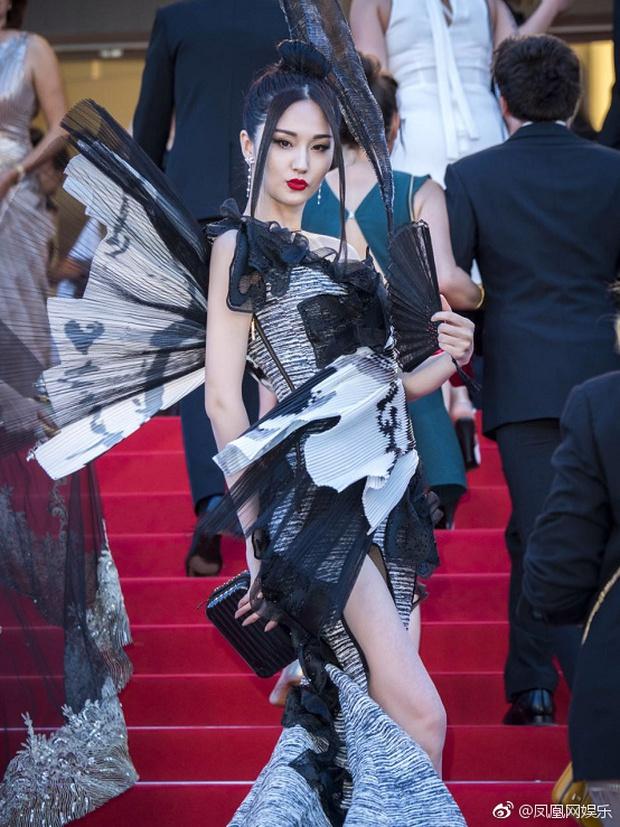 Đến hẹn lại lên, Cannes chứng kiến hình ảnh mỹ nhân Cbiz ăn mặc khó hiểu trên thảm đỏ - Ảnh 2.
