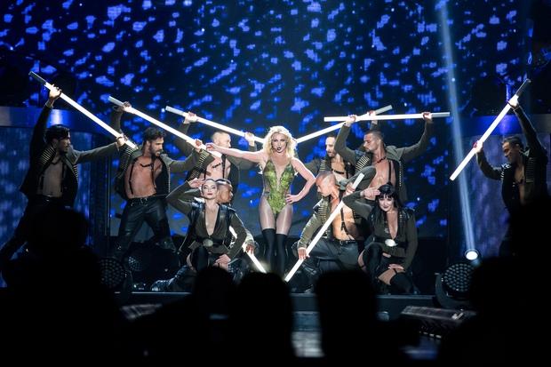 Chỉ 1 lần trong đời: Fan Việt ùn ùn kéo nhau sang Thái xem concert của Britney! - Ảnh 3.