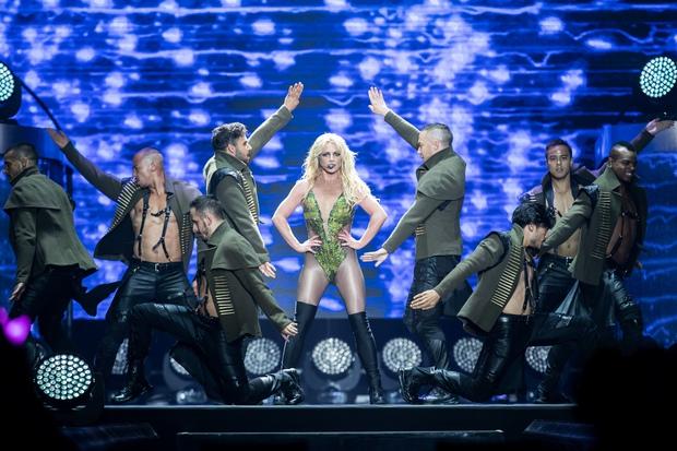 Chỉ 1 lần trong đời: Fan Việt ùn ùn kéo nhau sang Thái xem concert của Britney! - Ảnh 18.