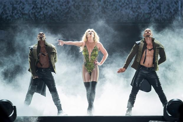 Chỉ 1 lần trong đời: Fan Việt ùn ùn kéo nhau sang Thái xem concert của Britney! - Ảnh 14.