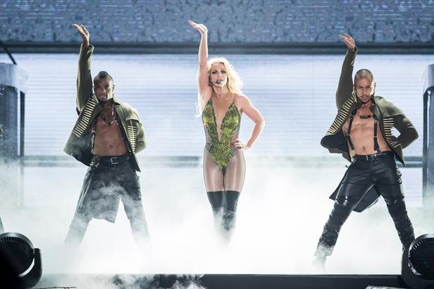 Chỉ 1 lần trong đời: Fan Việt ùn ùn kéo nhau sang Thái xem concert của Britney! - Ảnh 13.