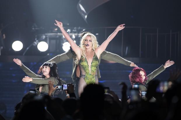 Chỉ 1 lần trong đời: Fan Việt ùn ùn kéo nhau sang Thái xem concert của Britney! - Ảnh 12.