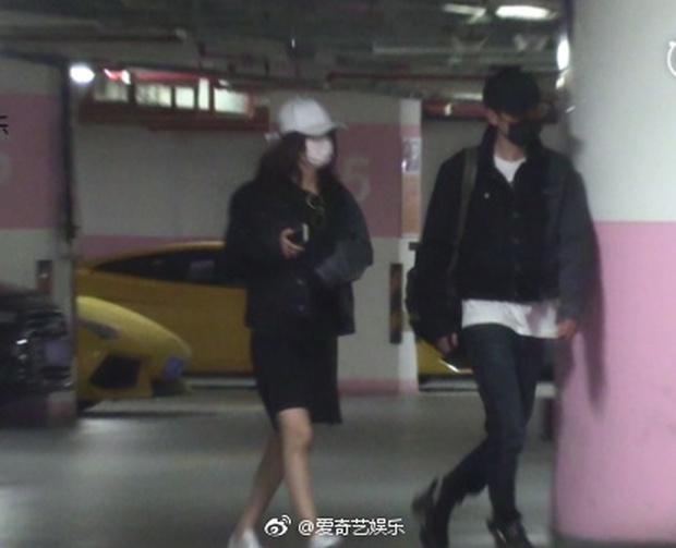 Triệu Lệ Dĩnh bị bắt gặp mặc áo đôi đi khách sạn với Đường Tăng Phùng Thiệu Phong - Ảnh 2.