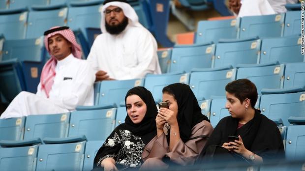 Không chỉ được phép lái xe, phụ nữ Ả Rập giờ còn có thể vào sân vận động như cánh mày râu - Ảnh 1.