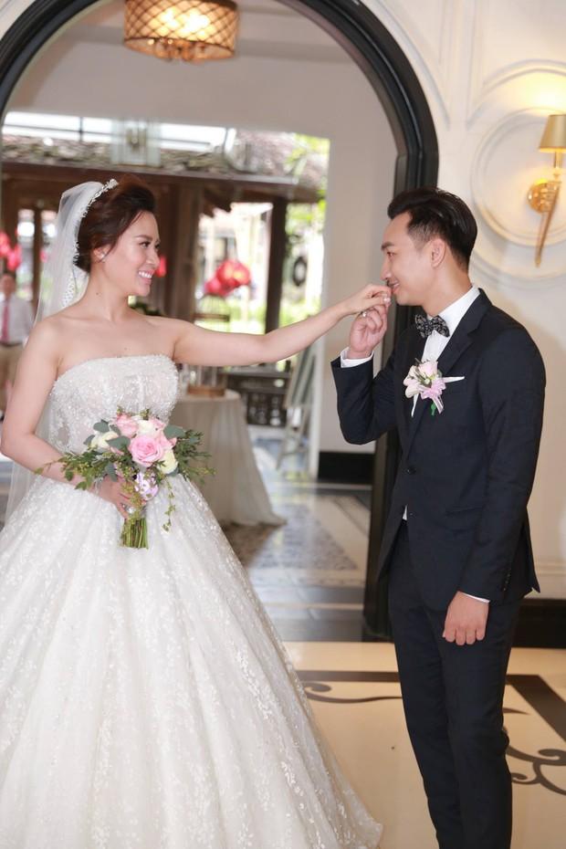 MC Thành Trung cùng bà xã kí hợp đồng hôn nhân trong lễ cưới - Ảnh 16.