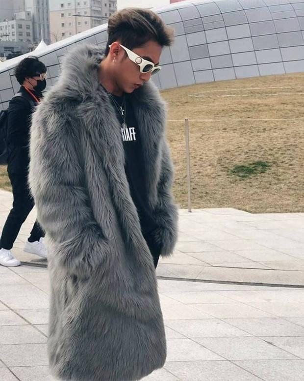 Seoul Fashion Week: Sơn Tùng M-TP khoác áo lông dài ngoài đồ thể thao, đeo kính râm xuất hiện cực ngầu - Ảnh 4.