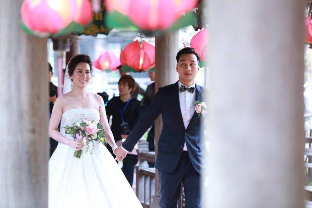 MC Thành Trung cùng bà xã kí hợp đồng hôn nhân trong lễ cưới - Ảnh 17.