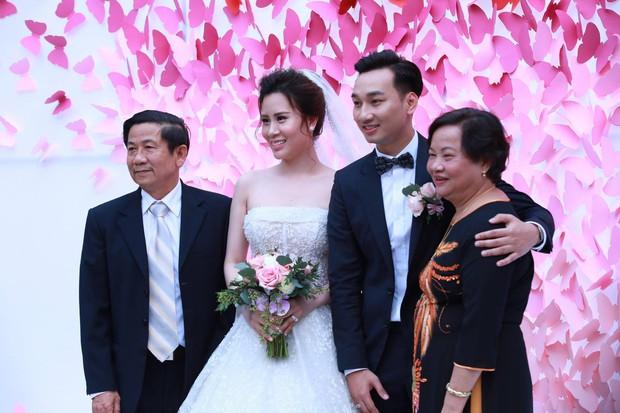 MC Thành Trung cùng bà xã kí hợp đồng hôn nhân trong lễ cưới - Ảnh 18.