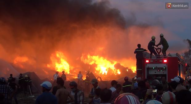20 xe cứu hỏa cùng hàng trăm chiến sĩ chữa cháy suốt 3 giờ tại công ty sản xuất keo nhựa ở Long An - Ảnh 1.