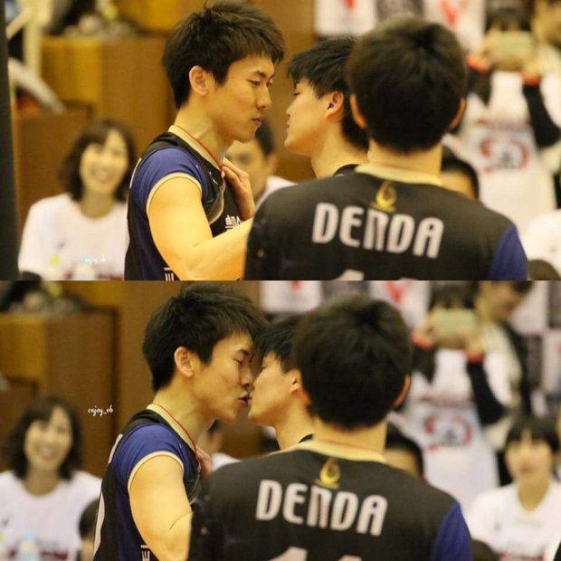 2 hot boy bóng chuyền hôn nhau giữa sân, fan nữ hú hét điên cuồng vì ganh tị - Ảnh 3.