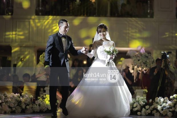 ĐỘC QUYỀN: Tú Linh mặc váy cô dâu, rạng rỡ trong tiệc cưới buổi tối - Ảnh 12.