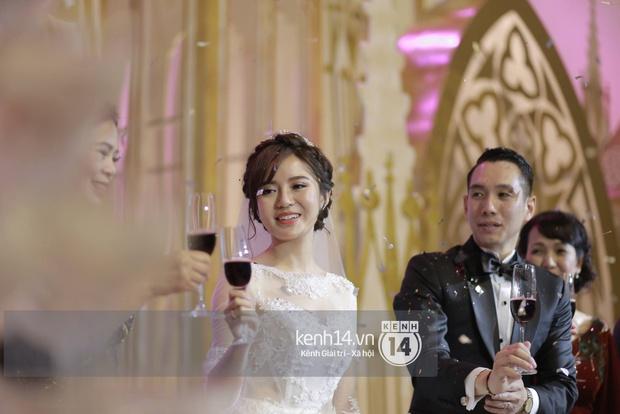 ĐỘC QUYỀN: Tú Linh mặc váy cô dâu, rạng rỡ trong tiệc cưới buổi tối - Ảnh 13.