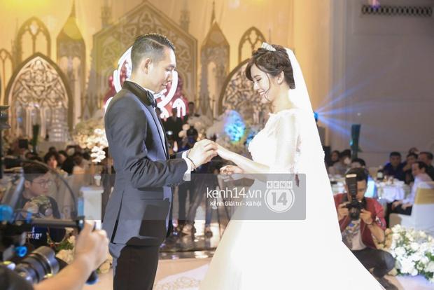 ĐỘC QUYỀN: Tú Linh mặc váy cô dâu, rạng rỡ trong tiệc cưới buổi tối - Ảnh 16.