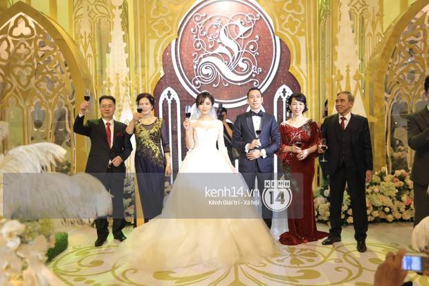 ĐỘC QUYỀN: Tú Linh mặc váy cô dâu, rạng rỡ trong tiệc cưới buổi tối - Ảnh 20.