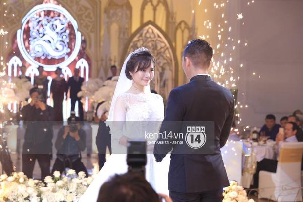 ĐỘC QUYỀN: Tú Linh mặc váy cô dâu, rạng rỡ trong tiệc cưới buổi tối - Ảnh 15.