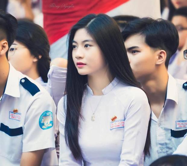 Cô bạn 18 tuổi chứng minh con gái Việt mặc áo dài lúc nào cũng là xinh nhất - Ảnh 1.