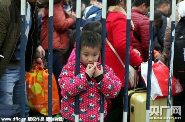 Những hình ảnh chen chúc kinh hoàng trong đợt di cư về quê ăn Tết ở Trung Quốc - Ảnh 17.