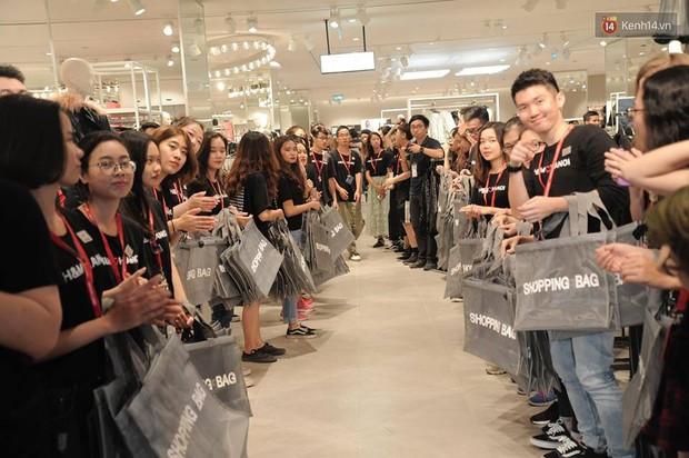 Khai trương H&M Hà Nội: Có hơn 2.000 người đổ về, các bạn trẻ vẫn phải xếp hàng dài chờ được vào mua sắm - Ảnh 19.