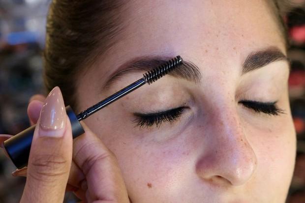 Cô nàng này đã thử dịch vụ lột xác lông mày của 2 hãng mỹ phẩm nổi tiếng và phải ố á với kết quả - Ảnh 18.