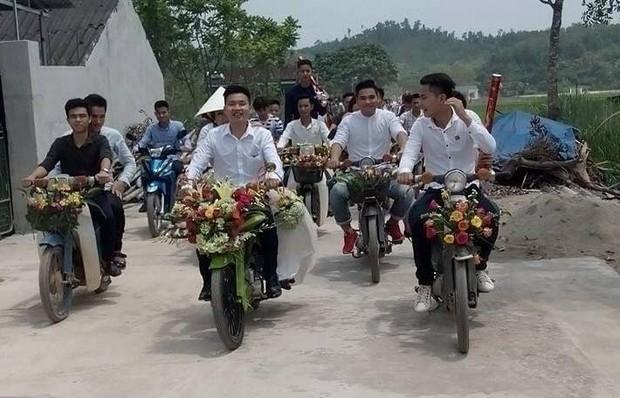 Xôn xao đám cưới rước dâu bằng xe Cub độc đáo ở Nghệ An - Ảnh 2.