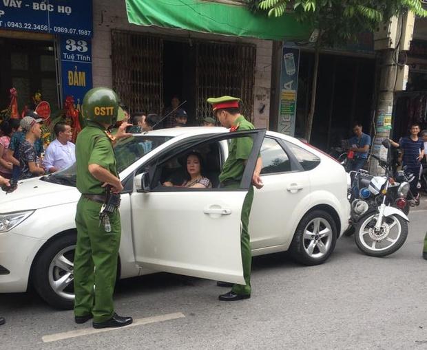 Bị yêu cầu dừng xe sau khi vi phạm giao thông, Kiều nữ Hải Dương cố thủ trong ô tô và thách thức CSGT - Ảnh 1.