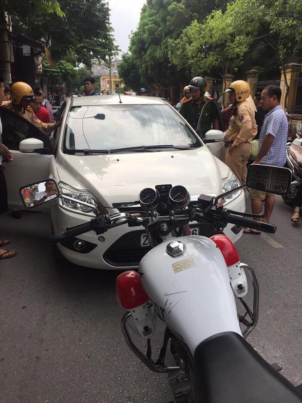 Bị yêu cầu dừng xe sau khi vi phạm giao thông, Kiều nữ Hải Dương cố thủ trong ô tô và thách thức CSGT - Ảnh 2.